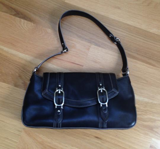 Preload https://item2.tradesy.com/images/cole-haan-trinity-black-leather-shoulder-bag-522121-0-0.jpg?width=440&height=440