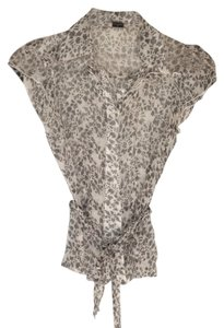 Preload https://item2.tradesy.com/images/guess-floral-gray-blouse-size-2-xs-5230006-0-0.jpg?width=400&height=650
