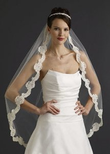Ivory Medium Fingertip with Lace Bridal Veil