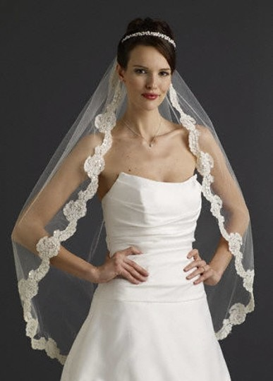 Preload https://item5.tradesy.com/images/ivory-medium-fingertip-with-lace-bridal-veil-52744-0-0.jpg?width=440&height=440