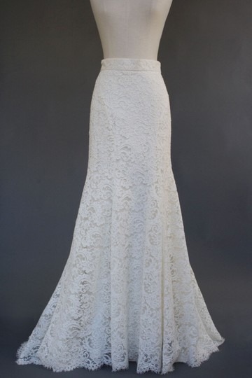 Monique Lhuillier Ivory Cotton Blend Alencon Lace Silk Blend Charmeuse Lining Violet Skirt Traditional Wedding Dress Size 6 (S)