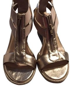 Alex Marie Sand/gold Wedges