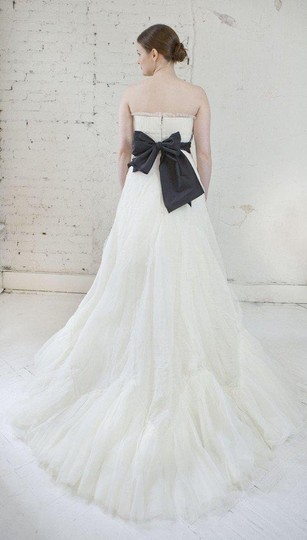 Vera Wang Ivory French Tulle Briana Traditional Wedding Dress Size 6 (S) Image 1