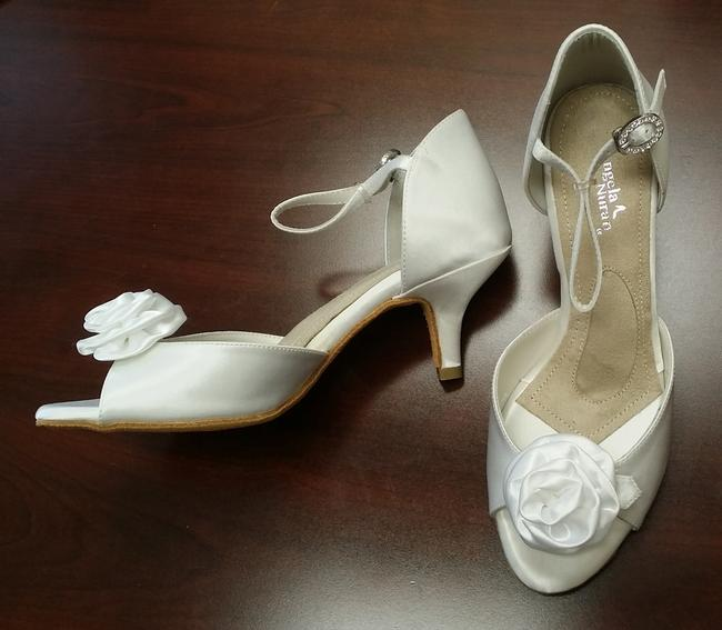 Item - Dyeable White Sample Sandals Size US 5.5