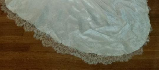 Ivory French Chantilly Lace Over Satin Amoure Formal Wedding Dress Size 6 (S)