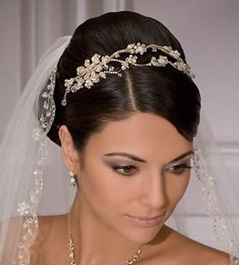 White Medium 1 Tier Beaded Scalloped Edge Bridal Veil