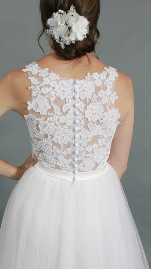 White Lace Tulle V-neck Top Bottom A-line Chapel Train Modern Wedding Dress Size 4 (S)