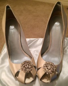 Grazia Pearl Ivory 'valentine' Silk Peep-toe with Crystal Embellishment Pumps Size US 8.5 Regular (M, B)