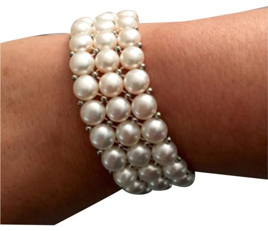 Preload https://img-static.tradesy.com/item/5523886/white-with-shine-coin-shape-chinese-bracelet-0-0-540-540.jpg