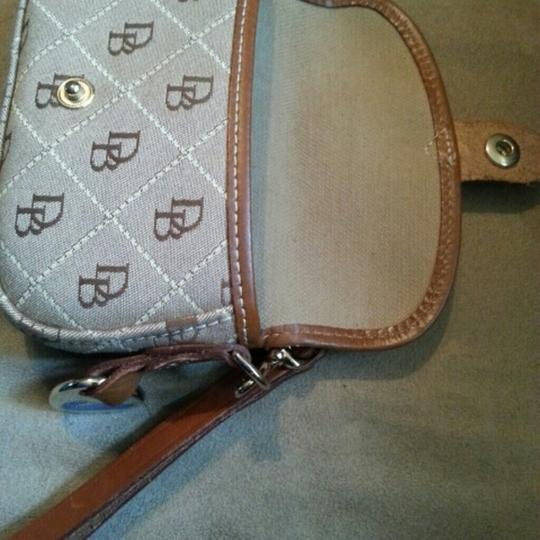 Dooney & Bourke Wrislet.wellet Signature Wristlet in brown