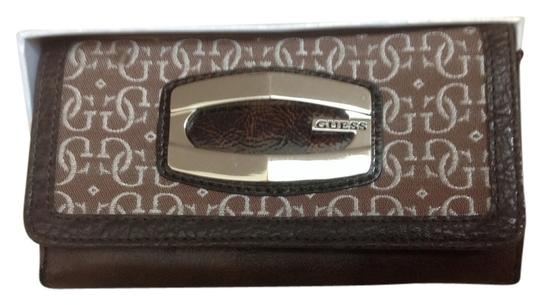 Preload https://item4.tradesy.com/images/guess-guess-brown-signature-wallet-5616913-0-0.jpg?width=440&height=440