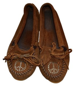 Minnetonka Retro Fringe Peace Studded Dusty Brown Flats