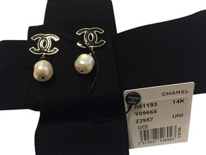 Chanel New Beautiful Drop Pearl Earrings with Black Chanel Logo