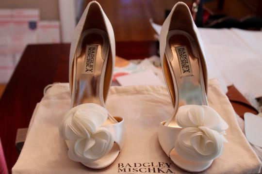 Badgley Mischka Bridal Satin Ruffle Flower Peep Toe Pumps White Formal