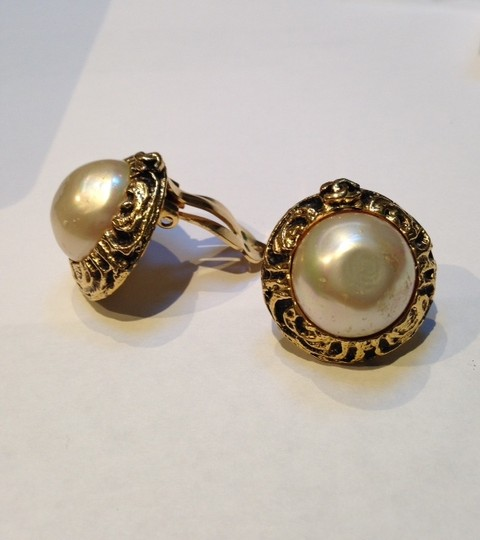 Chanel Authentic VTG CHANEL PEARL Gold Tone Earings price below listing suggestion