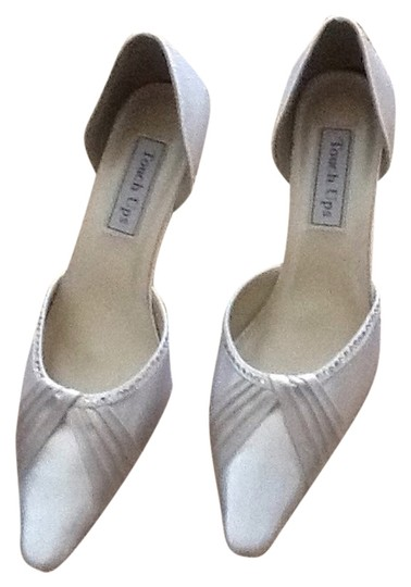 Preload https://item1.tradesy.com/images/touch-ups-white-534-pumps-size-us-75-regular-m-b-6189985-0-0.jpg?width=440&height=440