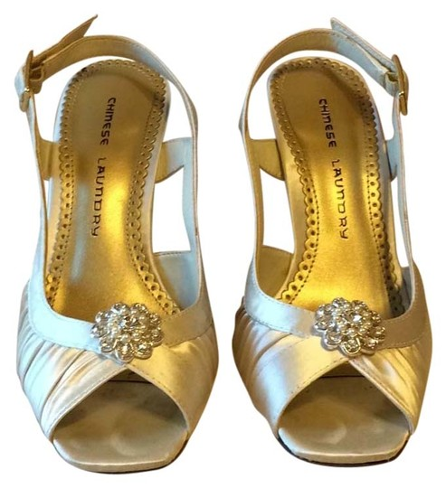 Preload https://item3.tradesy.com/images/chinese-laundry-ivory-formal-shoes-size-us-75-regular-m-b-6229387-0-0.jpg?width=440&height=440