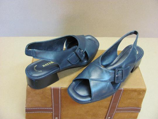 Naturalizer Very Good Condition Leather Size 7.50 Narrow Navy Sandals