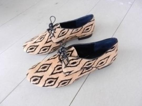 BCBGMAXAZRIA brown with black print Flats