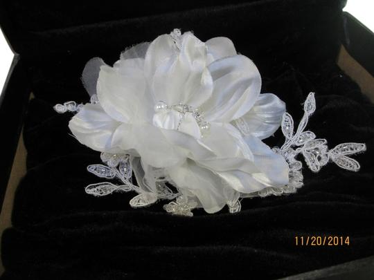 Preload https://img-static.tradesy.com/item/6256387/bel-aire-bridal-clip-c-23-6146-hair-accessory-0-0-540-540.jpg