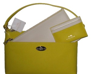 Coach Wristlet in yellow / chalk