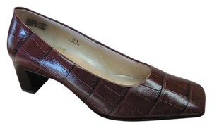 Caressa Very Good Condition Leather Size 8.00 Wide Brown Pumps