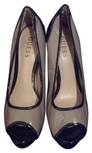 Guess black & tan patent shiny Pumps