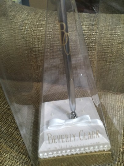 Beverly Clark White Guest Pen with Holder By / Sophisticate Collection 102b