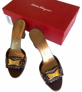 Salvatore Ferragamo Monogram Chocolate metallic Pumps