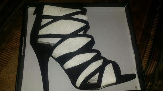 Arden B. black and white Pumps