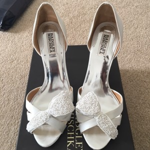 Badgley Mischka White Satin Classic Pumps Size US 8.5 Regular (M, B)