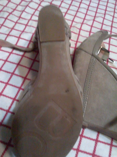 BCBGMAXAZRIA Chic Chic Strappy taupe Wedges
