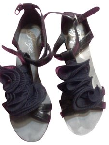 Fergie Chic Chic Ruffle Comfortable black Sandals