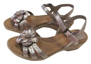 Giani Bernini New Size 7.00 M Leather Excellent Condition GOLD Sandals