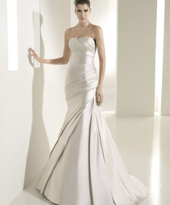 Ivory Satin Fanal Modern Wedding Dress Size 6 (S)