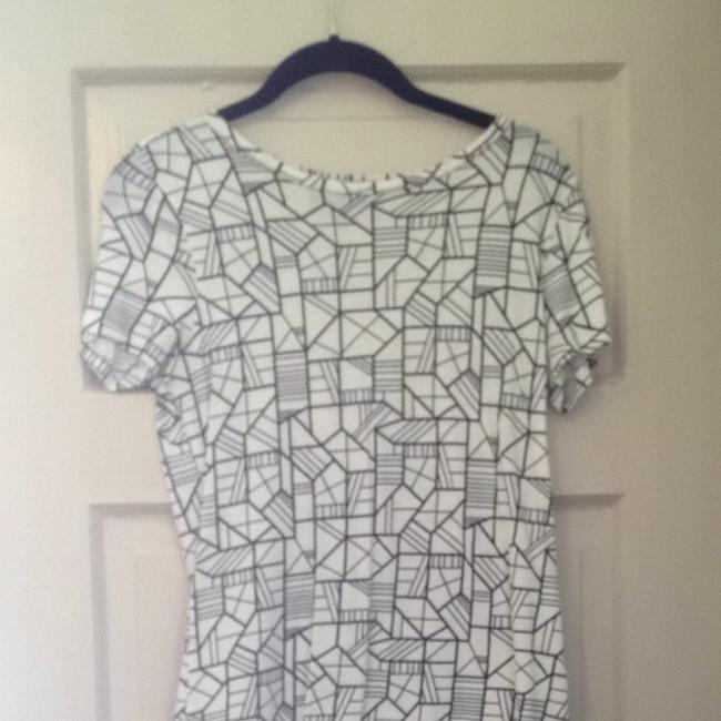 Item - Black and White Tee Shirt Size 8 (M)