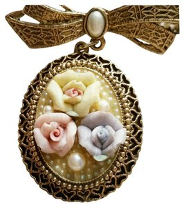 Beautiful Gold Pendant with Flowers