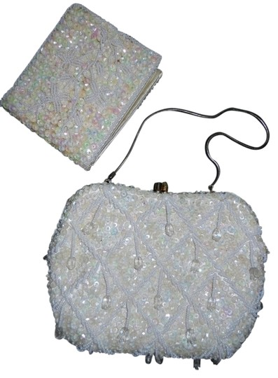 Preload https://img-static.tradesy.com/item/735336/vintage-beaded-and-wallet-ivory-unknown-baguette-0-0-540-540.jpg