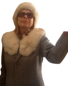 Set of White Fox Fur , Collar and Hat. Fur Coat