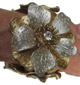 OTHER STRIKING, METAL FLOWERS BRACELET