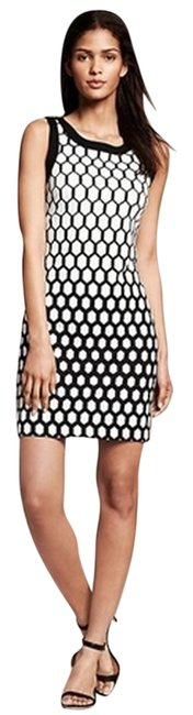 Banana Republic Black and White Honeycomb Sheath Mid-length Work/Office Dress Size Petite 4 (S) Banana Republic Black and White Honeycomb Sheath Mid-length Work/Office Dress Size Petite 4 (S) Image 1