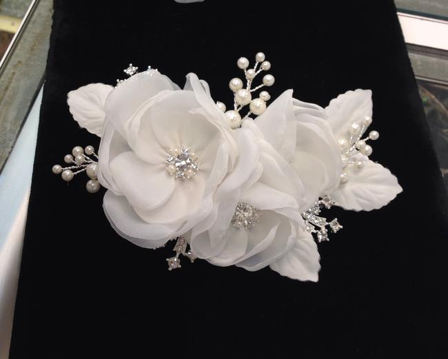 Item - White Pearl and Rhinestone Hairpiece Hair Accessory