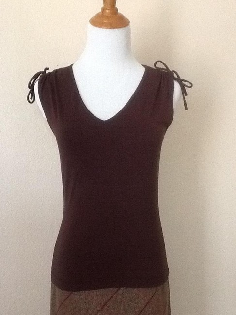 Preload https://img-static.tradesy.com/item/802772/ann-taylor-loft-brown-knit-v-neck-blouse-size-2-xs-0-0-650-650.jpg