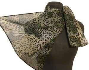 Unknown Short Leopard Scarf