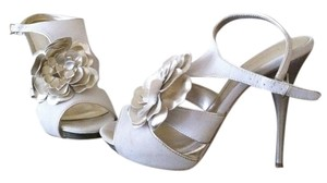 ShoeDazzle Cream Gold Gold Hardware Sandals