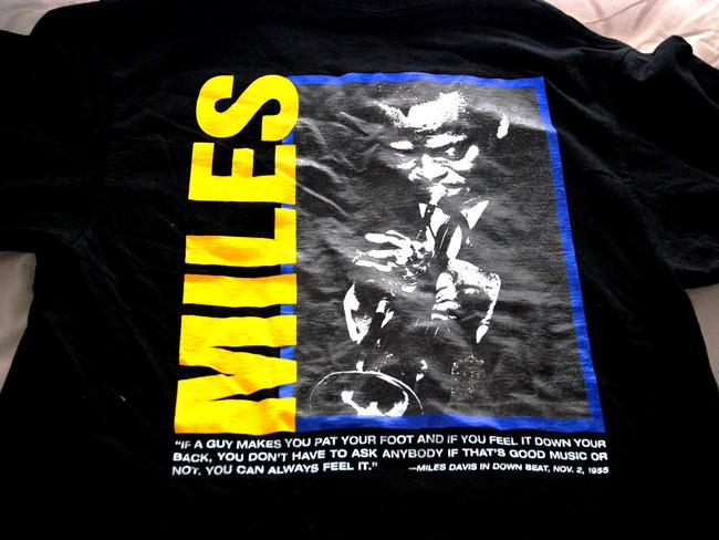 Down Beat by Fruit of the Loom Jazz Music Musician Miles Davis Concert Collectible Magazine Xl T Shirt black with yellow, blue, white