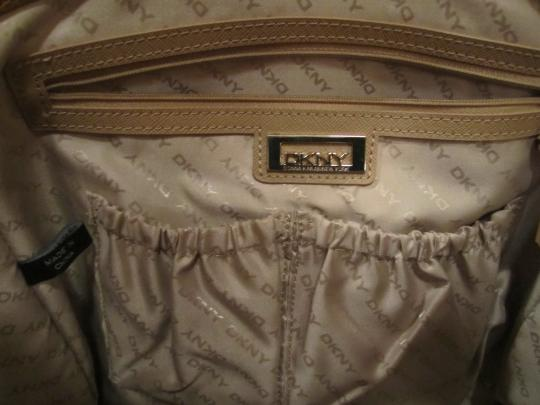 DKNY Designer Logo Print Handbag Purse Large Leather Taupe Zipper Cloth Lining Pockets Dust Cover Included Satchel in Brown