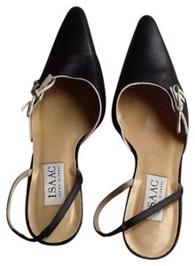 Isaac Mizrahi Navy blue with white piping. Pumps