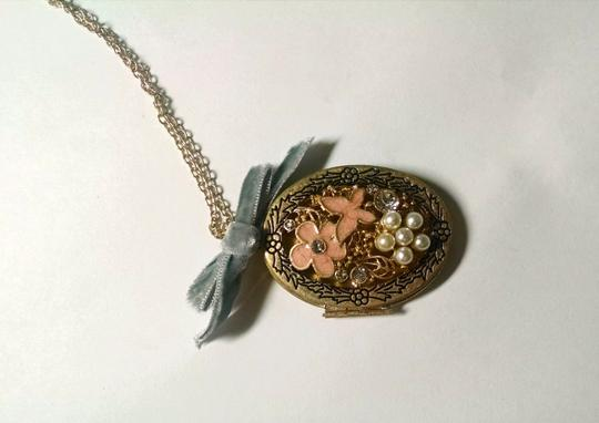Betsey Johnson Betsey Johnson Flower Locket Bow Pendant Necklace Antiqued Gold J1486 Image 2
