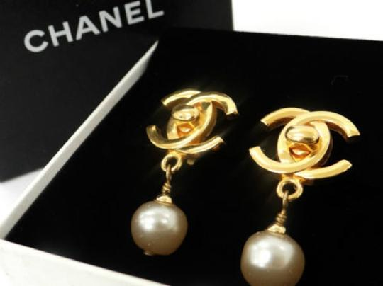 Chanel Auth CHANEL Earrings CC logos Faux Pearl Gold tone DROP DANGLE Clip-On 96P Image 2